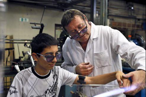 Selon le gouvernement, environ 120.000 jeunes sortent du système scolaire sans diplôme et moins d'un tiers d'entre eux trouvent rapidement un emploi durable.