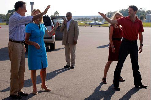 Mitt Romney (à gauche), son colistier Paul Ryan et leurs épouses sur l'aéroport de Jacksonville, samedi en Floride.
