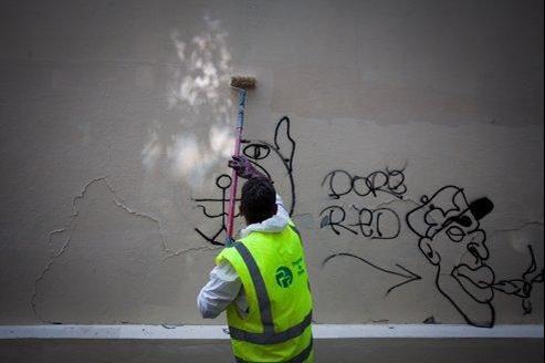 Chaque jour, des «chasseurs de tags» parcourent les rues parisiennes pour y nettoyer les inscriptions sauvages.