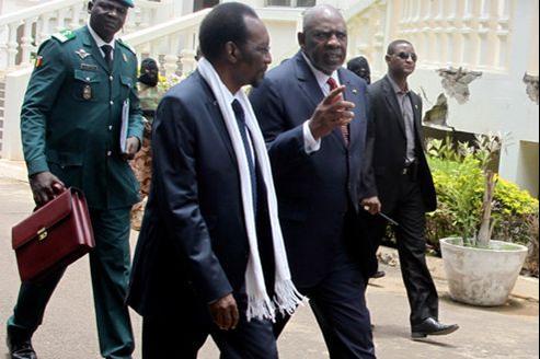 Le président par intérim du Mali, Dioncounda Traoré, en discussion avec son premier ministre, Cheick Modibo Diarra (à droite), au palais Koulouba, à Bamako le 23août.
