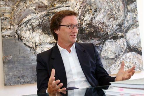 Thaddaeus Ropac devant une œuvre d'Anselm Kiefer, Brunhildes Fels, 2007.