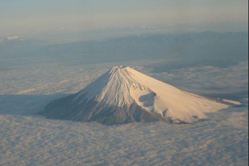 Le cratère secondaire laissé par l'éruption de 1707 est encore visible sur le flanc du volcan. crédit photo: Flickr/Joe Jones