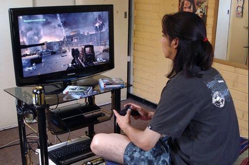Un joueur devant Call of Duty 4 (licence CC/Sibeckham)