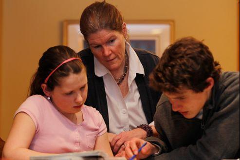 Une mère non bachelière consacre 15heures par mois à aider ses enfants à faire leurs devoirs, contre 13heures pour une bachelière.