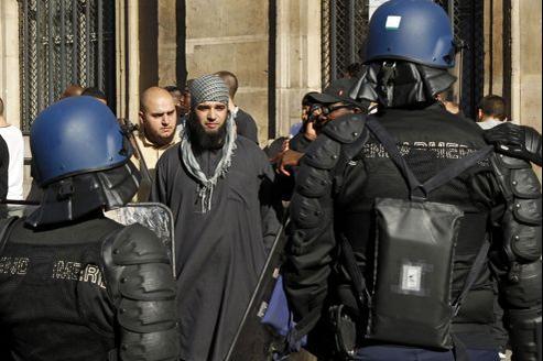 Des gendarmes font face à des manifestants rassemblés à Paris, place de la Concorde, samedi après-midi.