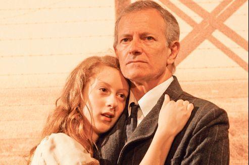 Roxane Duran interprète avec conviction Anne Frank, ici au côté de Francis Huster dans le rôle du père.