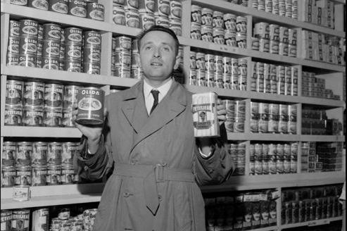 Édouard Leclerc pose dans un de ses magasins parisiens dans les années 1960.