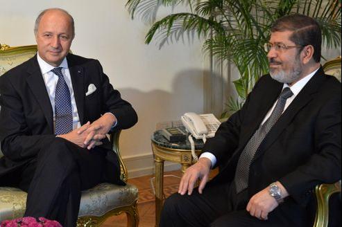 Laurent Fabius et Mohammed Morsi, mardi, au Caire.