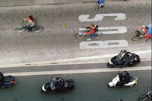 En Ile-de-France, les hommes parcourent en moyenne 12km par jour pour raison professionnelle, contre 10km pour les femmes.