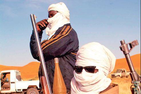 Dans le nord du Mali, des groupes armés locaux assistent le groupe Aqmi, venu d'Algérie, et se chargent de lui fournir des armes, de la nourriture et même des otages.