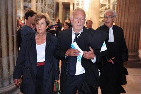 Ghislaine de Védrines, une des victimes du «gourou» Thierry Tilly, et son avocat Édouard Marcial, à leur arrivée, lundi, au tribunal correctionnel de Bordeaux.