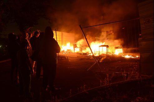 Jeudi soir, durant l'incendie d'un camp de Roms provoqué par des riverains de la cité des Créneaux, à Marseille.