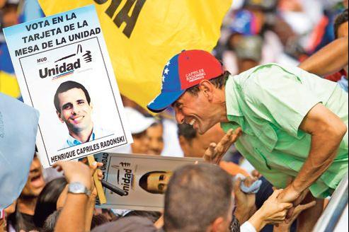 Henrique Capriles, ici en meeting lundi près de Caracas, doit affronter, le 7 octobre prochain, le président sortant Hugo Chavez.
