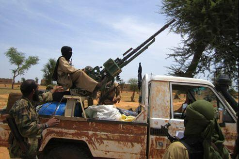 Un islamiste instruit un enfant de 13 ans sur le maniement des armes, fin septembre au Mali.