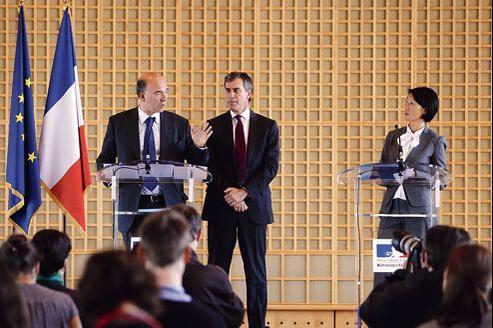 Pierre Moscovici, le ministre de l'Économie, Jérôme Cahuzac, ministre du Budget, et Fleur Pellerin, ministre déléguée chargée des PME, jeudi, à Paris.