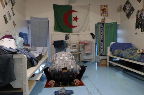 Prière d'un détenu dans sa cellule au centre de détention de Loos, dans le Nord.
