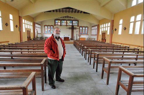 Le père Alain Krauth dans l'église Saint-Éloi à Vierzon. Construite en 1955, elle est mise en vente pour 170.000 euros.