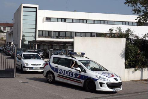 Des policiers quittent les locaux de la BAC à Marseille.