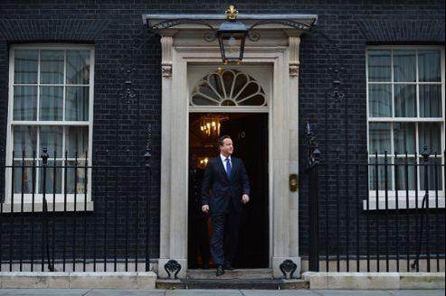 Le premier ministre britannique, mardi à Londres, devant la résidence officielle du 10 Downing Street.