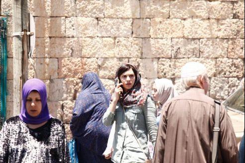 Claire Danes, héroïne de la série, se sent obligée de porter un voile, une perruque brune et des lentilles de couleur pour passer inaperçue à Beyrouth.