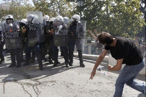Les manifestants et les forces de l'ordre s'affrontent à Athènes lors de manifestations contre le plan d'austérité.