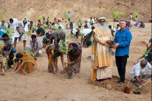 Lancé par Sadghuru, un maitre spirituel indien, le projet Green Hands vise la plantation de 114 millions d'arbres d'ici à fin 2015, Jacques rocher ( à droite) soutient ce programme avec la fondation Yves Rocher. Des milliers de bénévoles y participent.