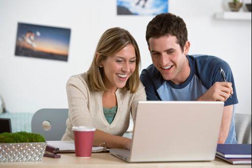 Pour conquérir les jeunes, les entreprises mettent de plus en plus de moyens dans le recrutement 2.0 et sur les pages Facebook carrières.
