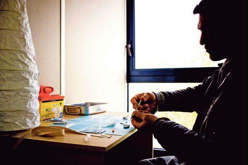 Un usager d'héroïne montre la manipulation de seringues neuves dans une «salle de shoot», mise à disposition par des associations. Elles dénoncent régulièrement le manque de telles structures en France.