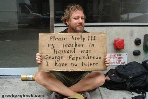 Le site Internet Greekpayback publie la photographie d'un jeune chômeur brandissant une pancarte en anglais: «Aidez-moi, mon professeur à Harvard était Georges Papandréou, je n'ai pas d'avenir.»