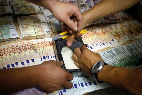 «Beaucoup d'argent en circulation est passé entre les mains de toxicos ou de dealers», explique un préfet. Ici, des policiers espagnols montrent de l'argent et de la cocaïne saisis, en 2008.