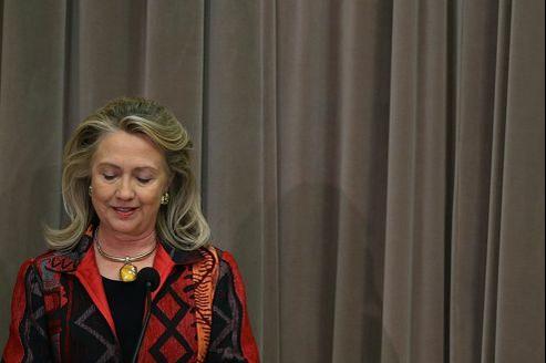 La secrétaire d'État, Hillary Clinton regarde ses notes pendant un discours au Département d'État, à Washington, jeudi dernier.