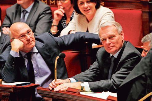 Le ministre du Travail, Michel Sapin (à gauche) et le premier ministre, Jean-Marc Ayrault, lors des questions au gouvernement, mardi à l'Assemblée nationale.