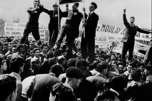 Une manifestation antifrançaise à Alger dans les années 1960.