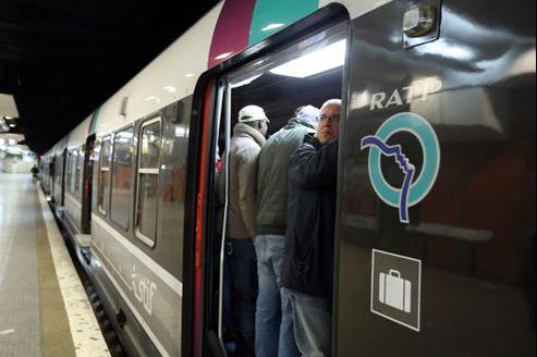 Des passagers patientent dans leur RER, à la gare du Nord.