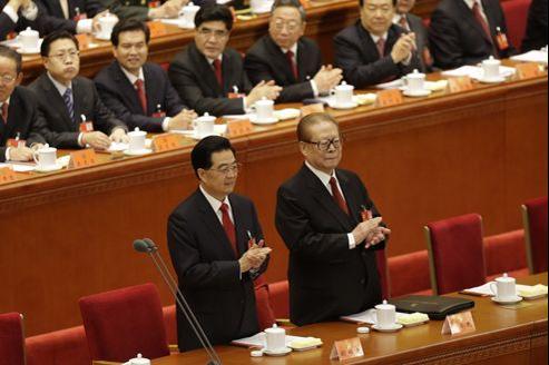 Le président sortant chinois, Hu Jintao, et son prédécesseur, Jiang Zemin, jeudi à latribune du 18e congrès du PCC, au Grand Palais des peuples de Pékin.