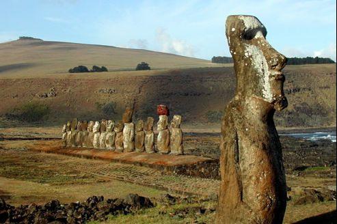 De la carrière de basalte où elles étaient taillées jusqu'aux sites où elles sont postées, les statues ont été déplacées sur 5 kilomètres en moyenne.