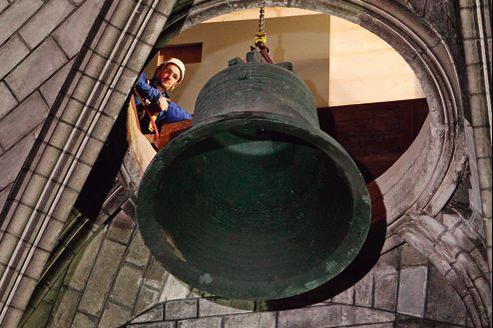 Dépôt d'une des cloches de Notre-Dame de Paris, le 20 février. Elles rejoindront la fonderie Cornille-Havard en Normandie.