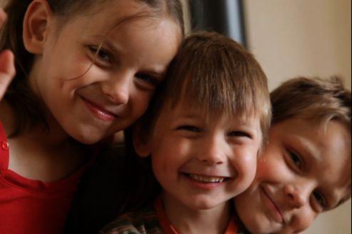 Trois des quatre enfants de la fratrie lettone adoptés par un couple qui témoigne dans le documentaire de l'AFA.