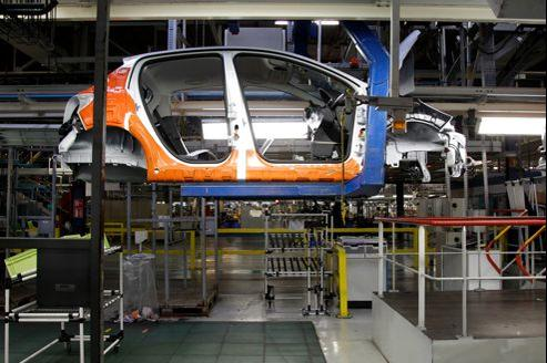 Le secteur automobile, en souffrance, plombe la production industrielle française.