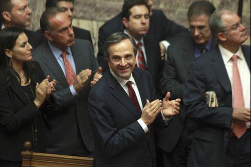 Le premier ministre Antonis Samaras applaudit cette nuit après le vote du nouveau budget 2013.