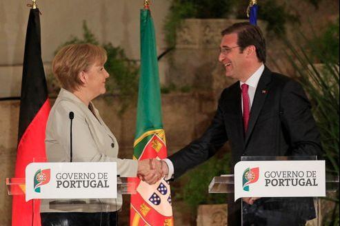La chancelière allemande et le premier ministre portugais Pedro Passos Coelho, lundi à Sao Juliao fortress près de Lisbonne.