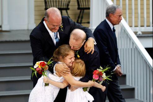 Étreinte familiale après la célébration d'un mariage à New York, en novembre.