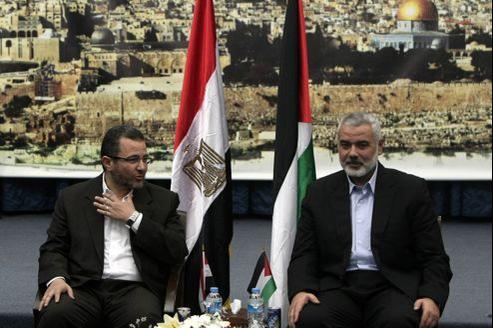 Le premier ministre égyptien, Hicham Qandil (à gauche), a été reçu vendredi par le chef du gouvernement du Hamas à Gaza Ismaël Haniyeh .