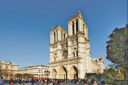 Jusqu'au 24 novembre 2013, le parvis de Notre-Dame de Paris, fréquenté tous les ans par 14millions de visiteurs et fidèles, sera métamorphosé en un espace baptisé «Chemin du Jubilé».
