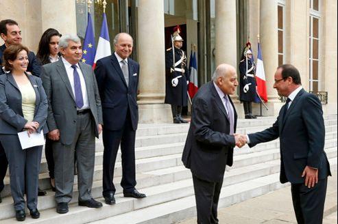 François Hollande a accueilli à l'Élysée, le 17 novembre, l'ambassadeur pressenti de la Coalition nationale syrienne, Monzer Makhous.