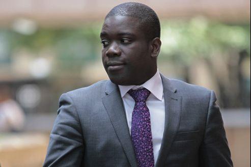 Kweku Adoboli, 27 ans, s'était retrouvé, avec son superviseur de deux ans son cadet, en charge d'un portefeuille de 50 milliards de dollars au sein de la banque suisse.