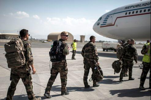 Des soldats français de l'armée de terre embarquent à bord d'un avion pour rentrer en France.