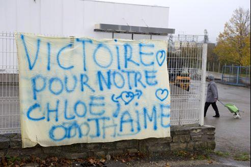 Une banderole face au magasin où travaillent les parents de Chloé à Barjac (Gard).
