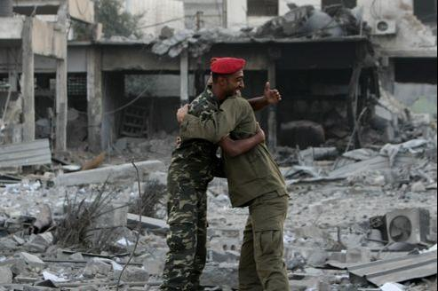 Des soldats du Hamas s'embrassent après l'annonce du cessez-le-feu entre Gaza et Israël.