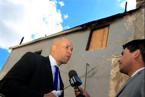 Cory Booker s'était déjà fait remarquer pour avoir sauvé sa voisine de son appartement en flammes.